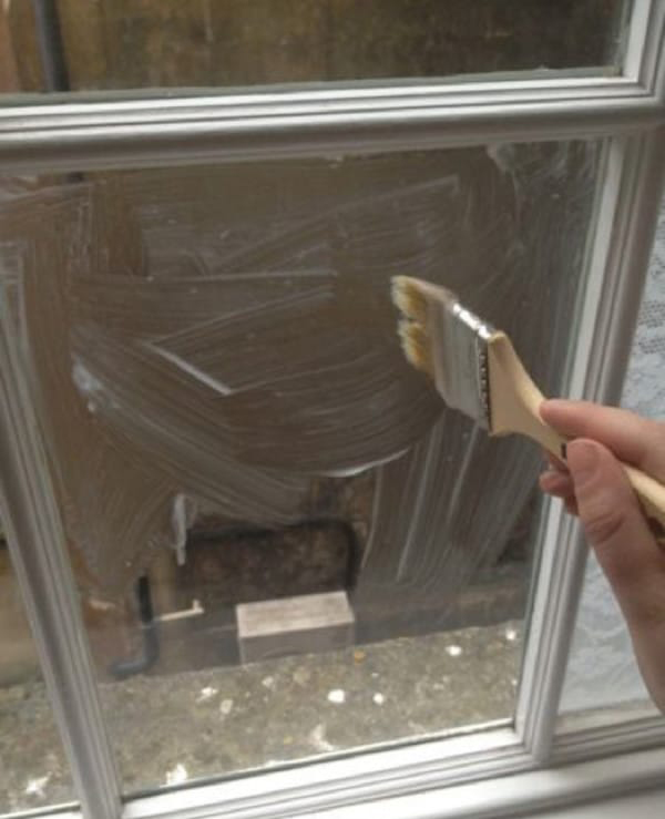 Она отказалась от штор и покрыла оконное стекло крахмалом
