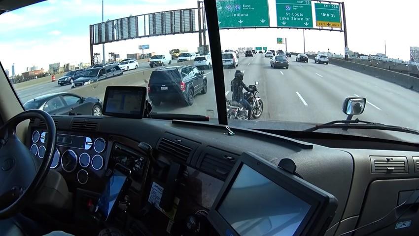 Дальнобой помогает мотоциклистке на автомагистрали