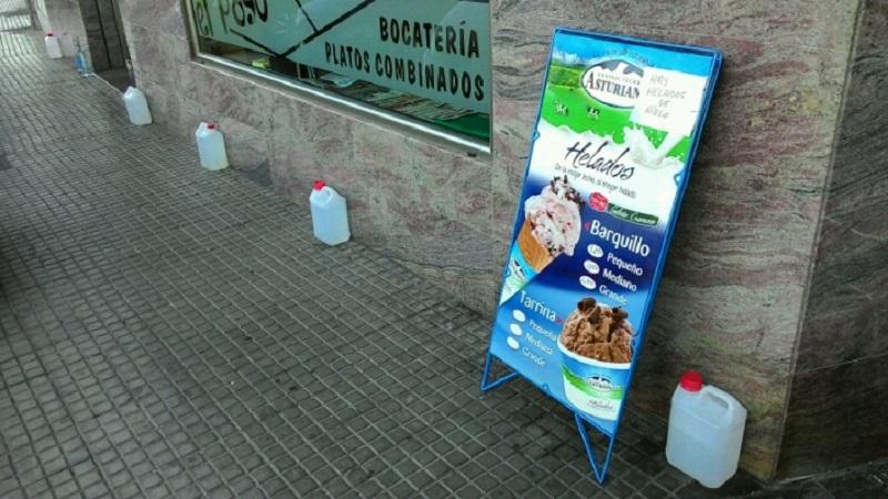 Зачем в Испании ставят емкости с водой вдоль домов