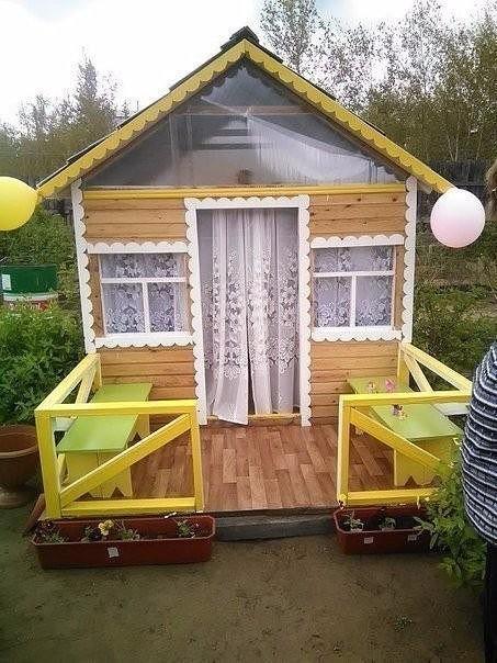 Дедушка на даче смастерил домик для внучки.