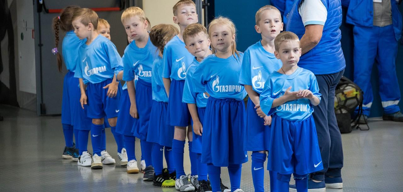 Мальчика из приюта, который должен был вывести футболистов на поле,  заменили на сына мажора