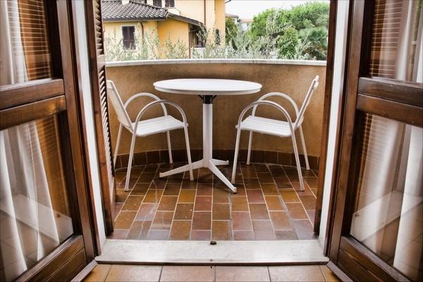 Мебель на балкон - круглый столик и стулья