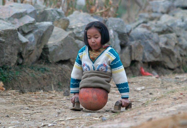 Девочка с баскетбольным мячом вместо ног стала известной спортсменкой девочка, дети, инвалид, китай, мотивация, плавание, протезы, спорт