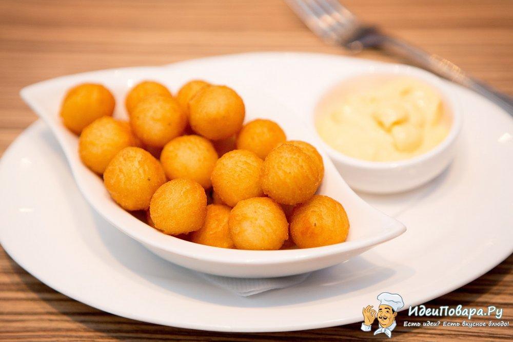 Картофельные шарики с грибами и луковым соусом — рецепт