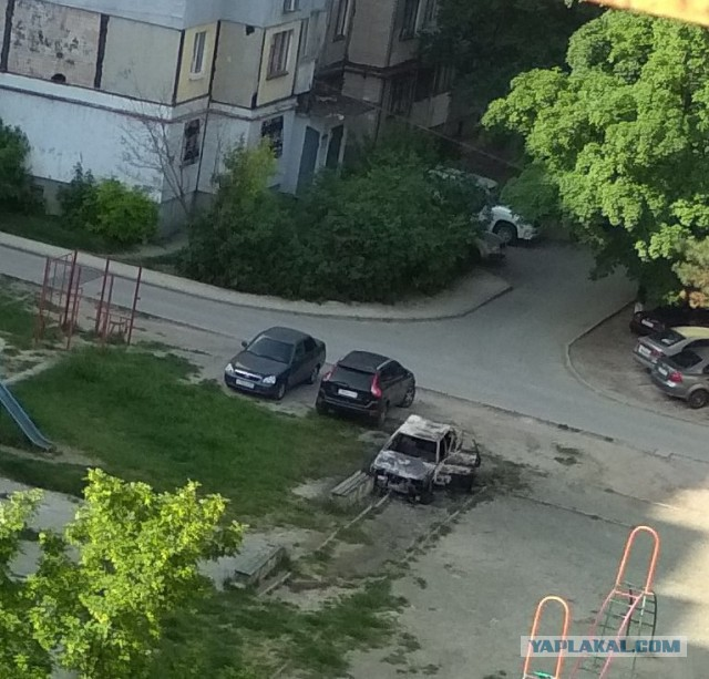 В Симферополе поджигают машины, припаркованные на газоне
