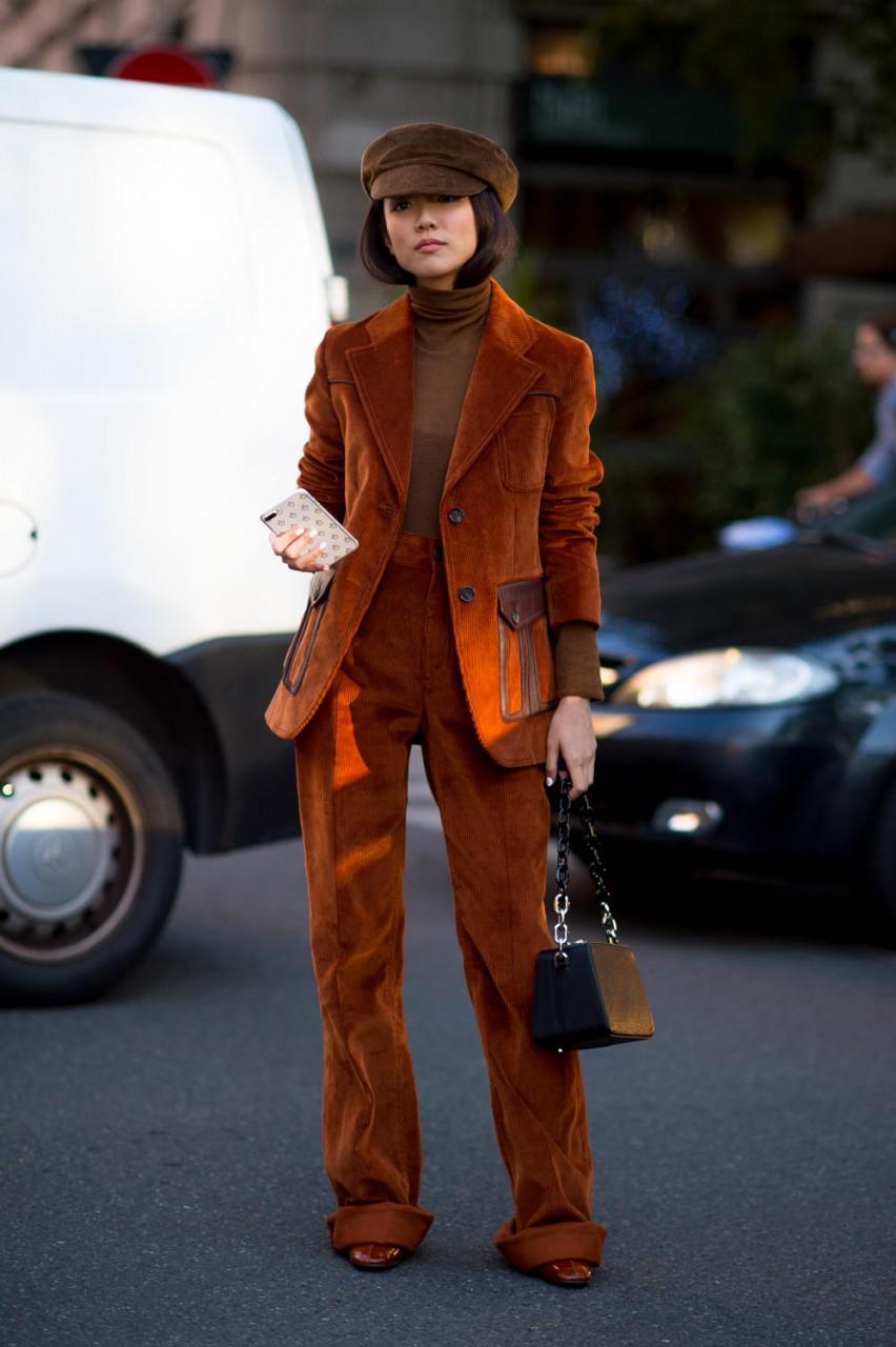Девушка в коричневом костюме