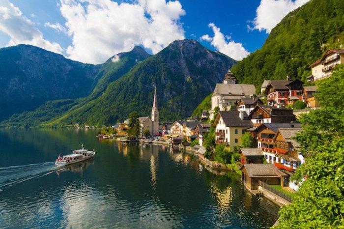Озеро окружено горами, формирующими живописный оазис, а на берегу озера раскинулся известный город Халльштадт с традиционной австрийской архитектурой и очаровательными достопримечательностями.