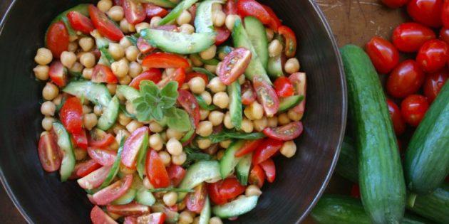 Салат из огурцов, помидоров и нута с медово-горчичной заправкой
