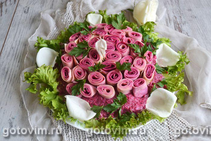 Слоеный салат с блинами «Букет роз»