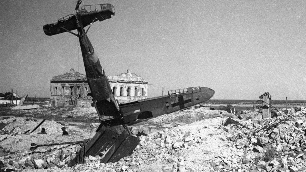 Гитлеровский самолет, сбитый в бою над Сталинградом. Фото: © РИА Новости