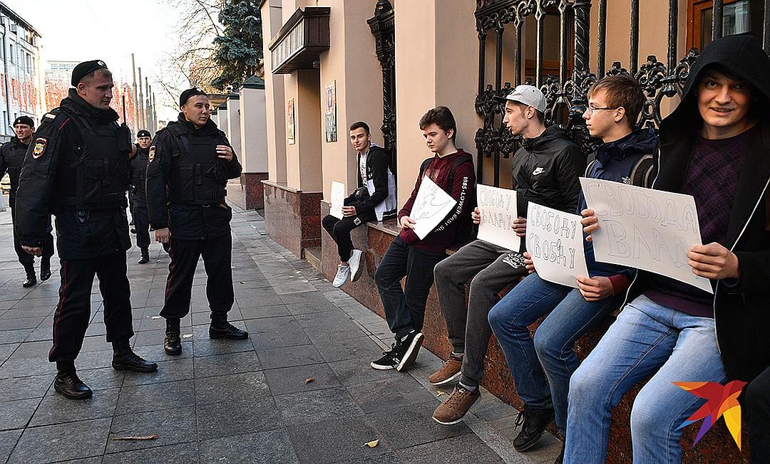 Пикет в поддержку Позднякова у здания Генпрокуратуры. Фото: Михаил ФРОЛОВ