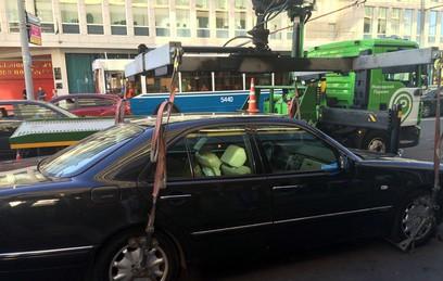 Из центра Москвы начали эвакуировать автомобили без номеров