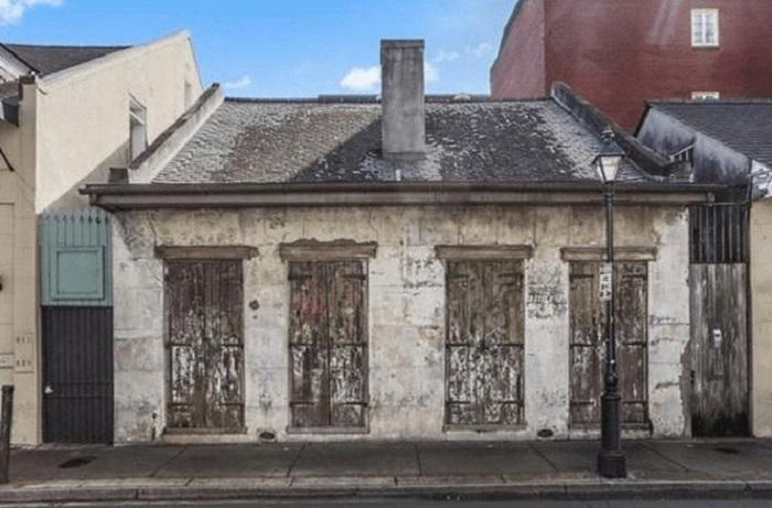 Судя по фасаду, этот дом давно пора снести, но внутри него не все так однозначно
