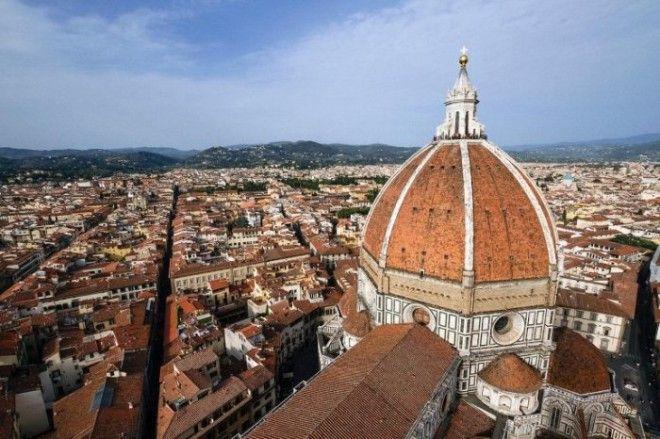 Огромный каменный купол собора СантаМариядельФьоре был спроектирован гениальным архитектором Филиппо Брунеллески и построен без использования дорогостоящих строительных лесов