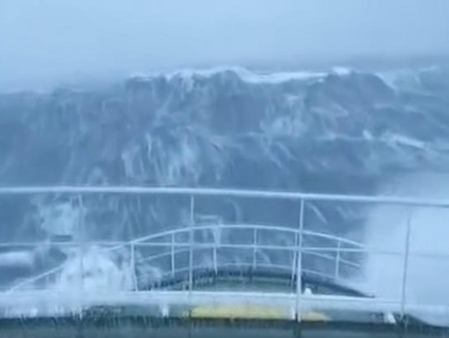 Как выглядит удар тридцатиметровой волны с борта корабля (ВИДЕО)