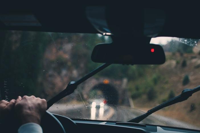 Особенности вождения в ливень: 7 важных советов