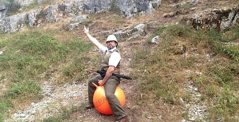 Англичанин проскакал через Альпы верхом на резиновом мяче