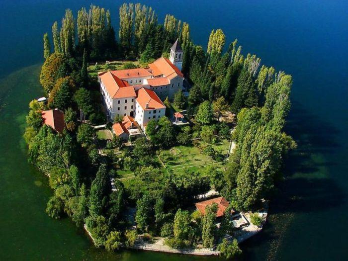 На острове Висовац расположен действующий францисканский монастырь XVII века (Хорватия). adriaticnews.info.