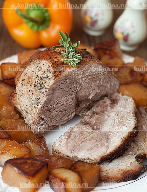 Готовое мясо нарезать порционными кусками и подать к столу.