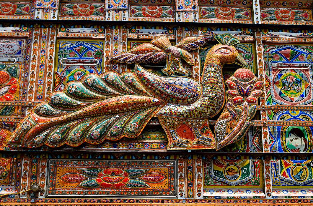 Грузовики в Пакистане, разукрашенные во все цвета радуги