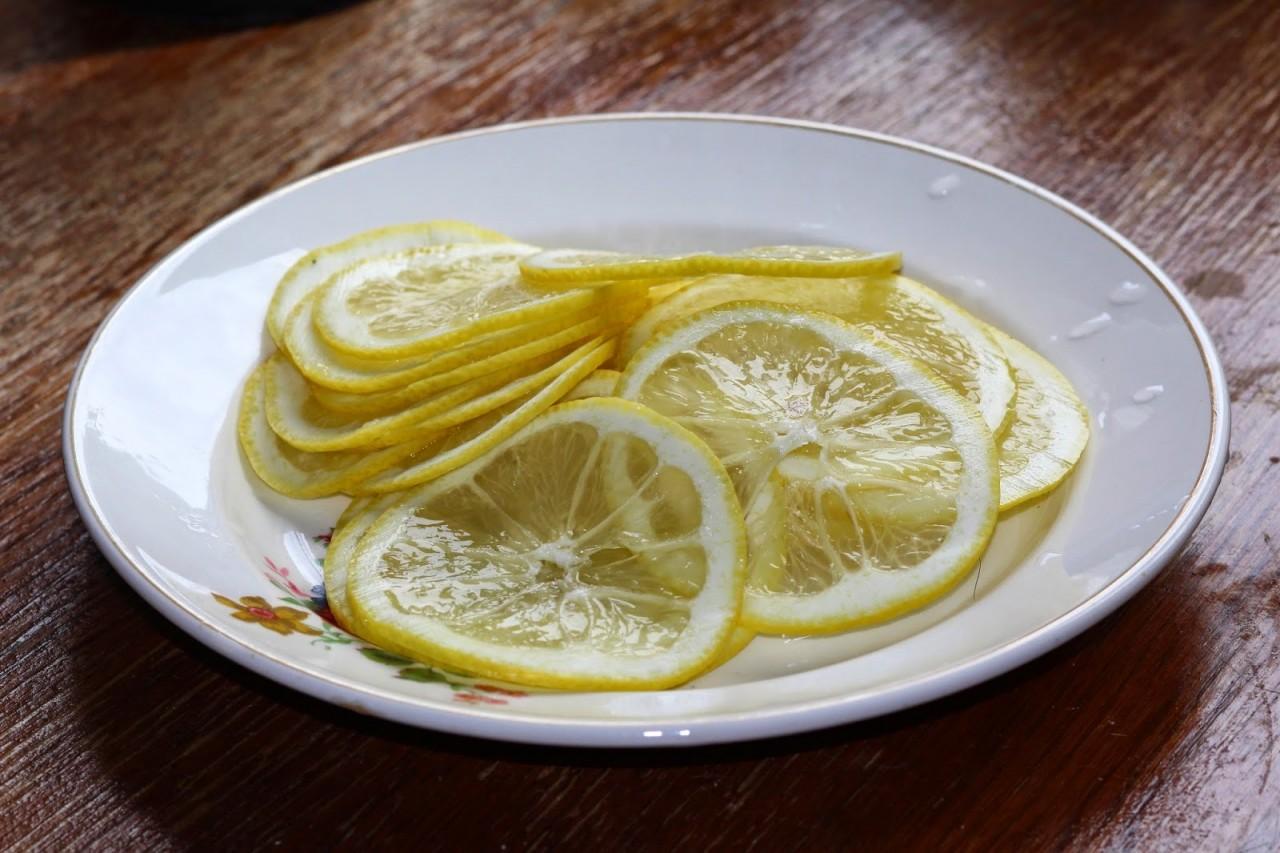 Лосось под лимонной черепицей с сырно - сливочным соусом