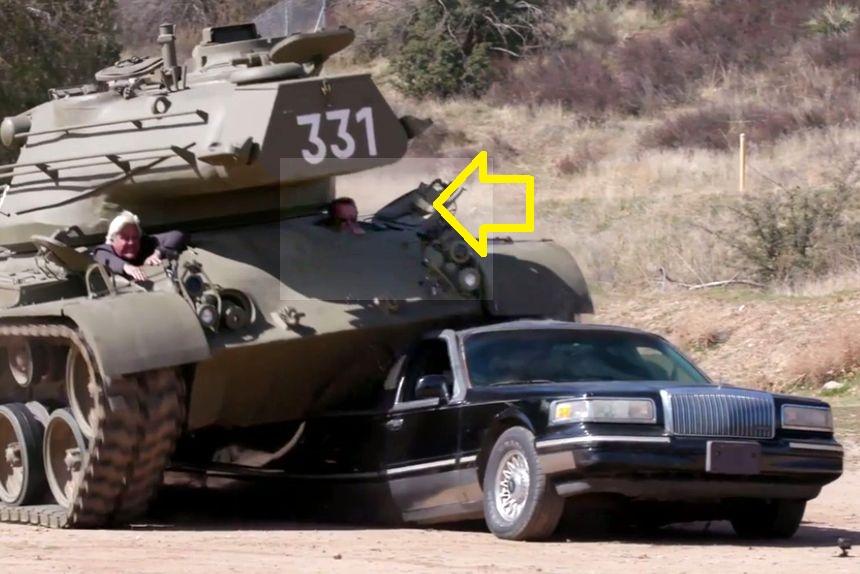 70-летний Шварценеггер поехал на своем танке и раздавил первый попавшийся лимузин!