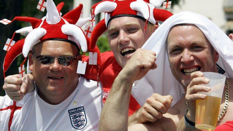 Английские болельщики встали…