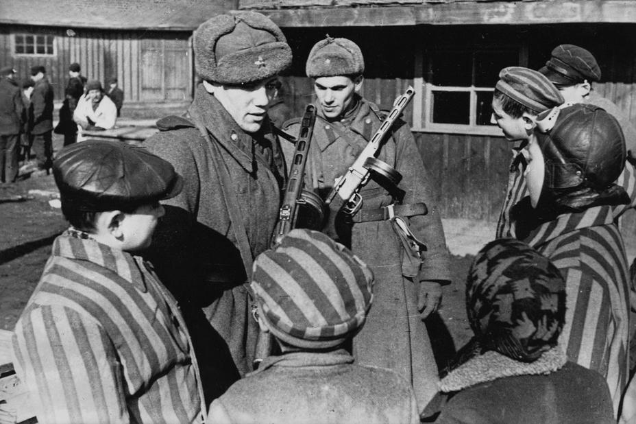 Советские солдаты общаются с освобождёнными в Освенциме детьми - Фото дня: дети Освенцима и их освободители | Военно-исторический портал Warspot.ru