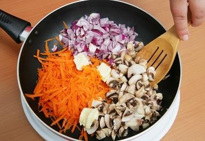 Шаг 2. Обжариваем овощи и грибы.
