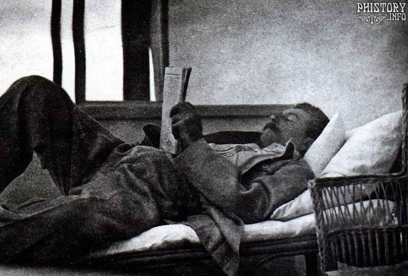 Иосиф Сталин читает газету в свое свободное время. Москва. РСФСР. 3 июля 1920 года.