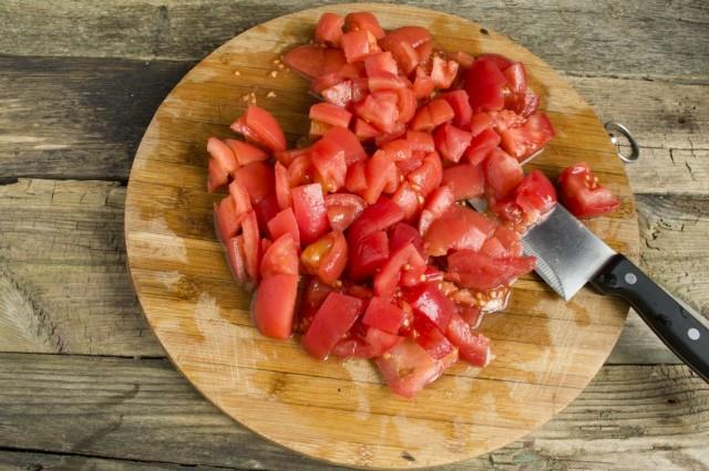 Нарезаем помидоры на мелкие кусочки