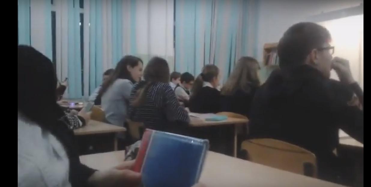 Краснодарские школьники на уроке спели «Дядя Вова, мы с тобой»