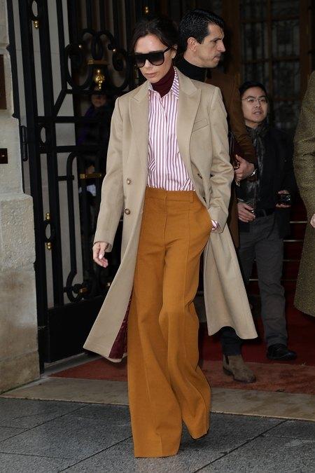 Как носить широкие брюки и выглядеть круто: учимся у Виктории Бекхэм