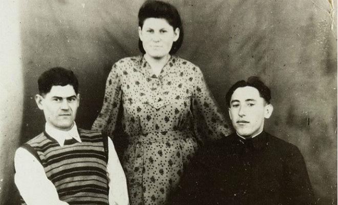 Зачем на старых фото люди кладут руку на плечо