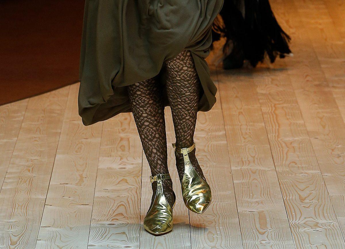 Золотые туфли с острым носком - парадно-выходной вариант