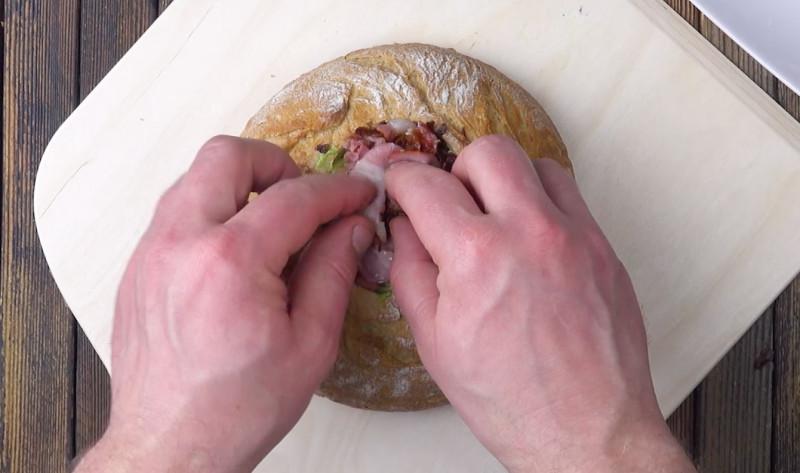 Вырезаем большую дырку в буханке и все кладем внутрь. Вот так завтрак!