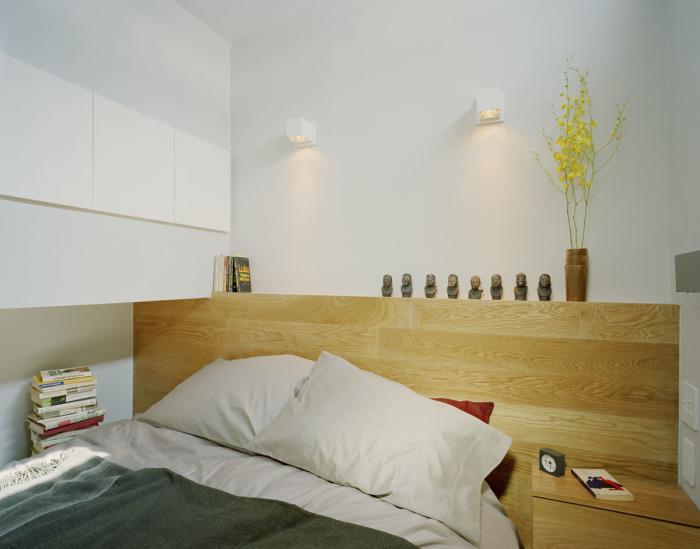 Гармоничный декор спальной комнаты в малогабаритной квартире.