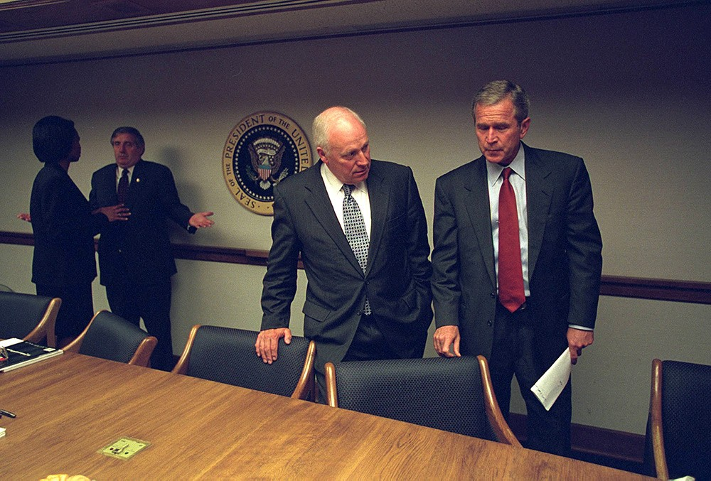 Национальный архив США рассекретил фотографии, которые были сделаны во время экстренного совещания в Белом доме по поводу теракта 11 сентября 2001 года