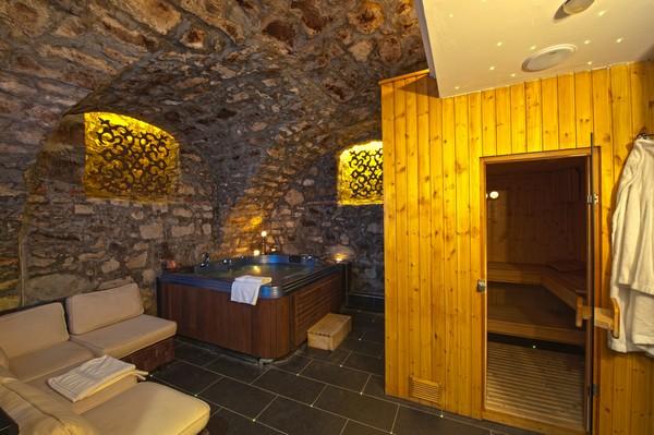 Интерьер небольшой сауны с комнатой отдыха и бассейном