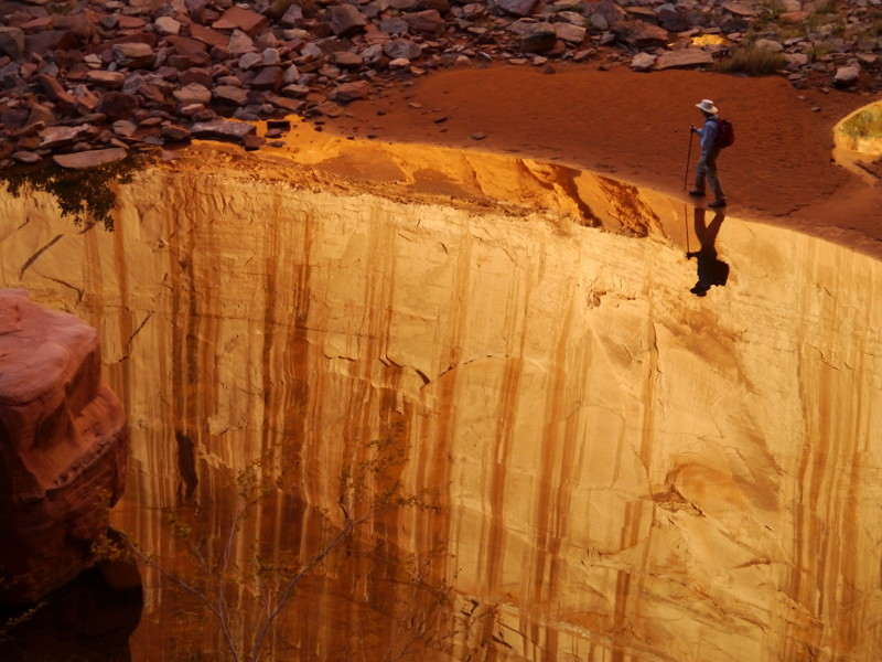 На самом деле человек идёт по берегу реки, которая находится на дне каньона. перспектива, правильный ракурс, прикол, фотографии, юмор