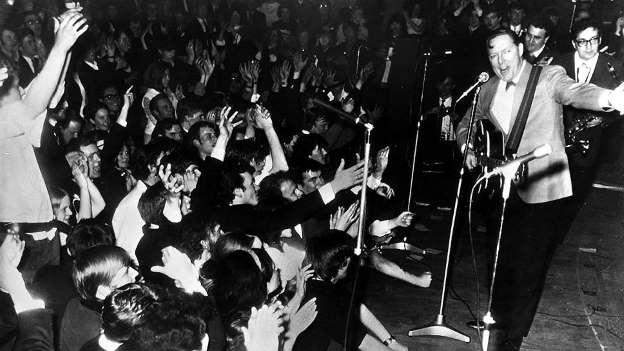 Несмотря на то, что Всемирный день рок-н-ролла отмечается 13 апреля, его днем рождения стоит считать 12 апреля: именно тогда американский музыкант Билл Хэйли (на фото справа) записал песню «Rock Around The Clock», ставшую знаковой в новом направлении