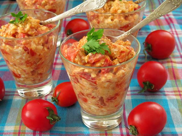 Салат с жареными помидорами, плавленным сыром и сухариками