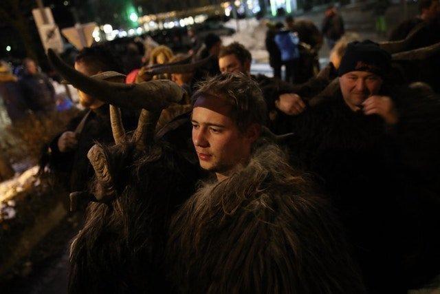 Актеры перед шествием австрия, крампус, мир, парад, праздник, фото, шествие