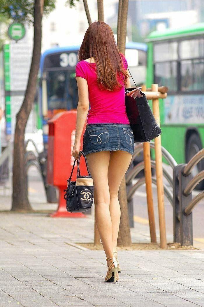 фото девушек летом в стрингах и в юпке