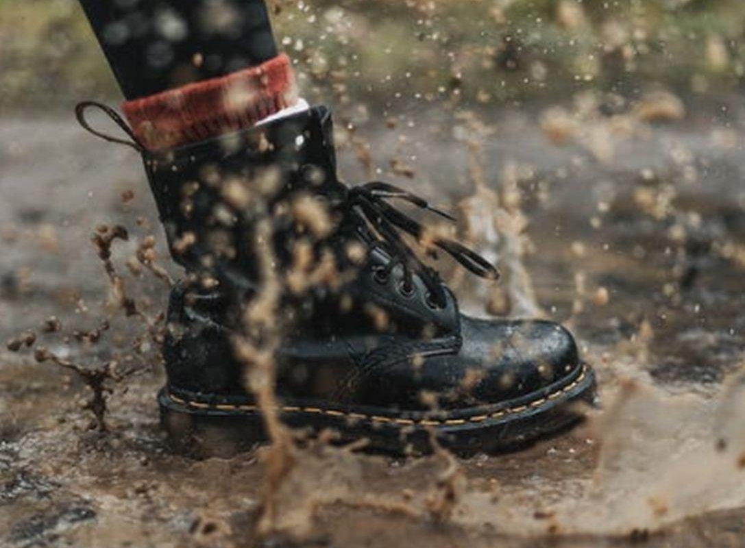 нога в ботинке при ходьбе
