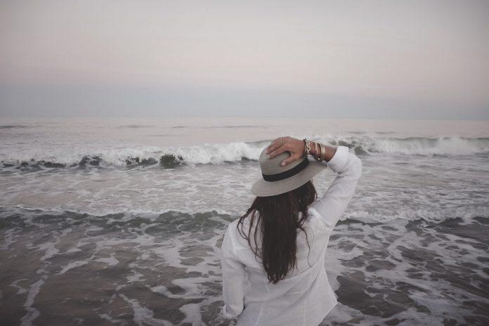 Женщина встречалась с загадочной девочкой на пляже. Истина, которая раскрылась позже — просто до слез