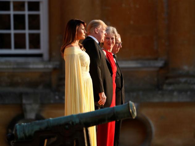 «Как служанка»: Мэй в красном поблекла рядом с Меланией Трамп в роскошном наряде