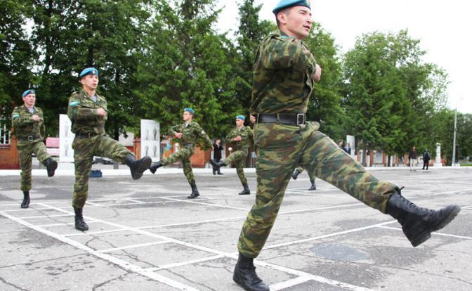 Русский солдат опять идет от Москвы до Берлина