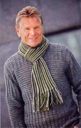 Серый пуловер и шарф в полоску