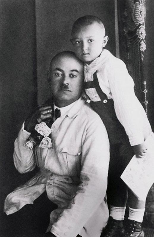 1070 Володя Этуш с папой Абрамом Савельичем. Середина 1920-х.jpg